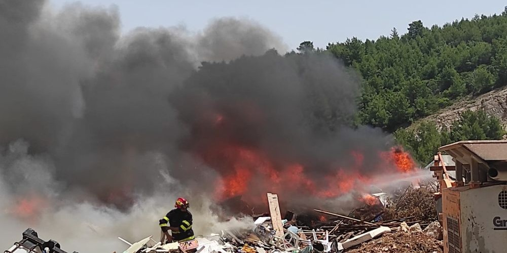 FOTOGALERIJA Požar na deponiju kod Jelse stavljen pod kontrolu, sanacija će trajati do večeri