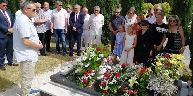 Predstavnici Hajduka i veterana 'bijelih' položili vijenac na grob Tomislava Ivića