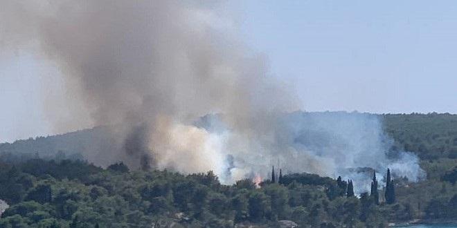 VIDEO Lokaliziran požar u Milni na Braču, izgorjele i masline