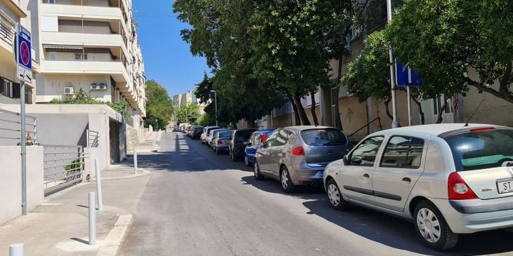 ŠOK U VOJKA KRSTULOVIĆA Osvanuli stupići na pločniku, stanari ostali bez parkirališnih mjesta