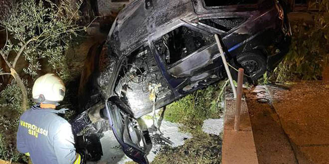 ZAPALIO SE Auto sletio s ceste, vozač je prošao bez težih ozljeda