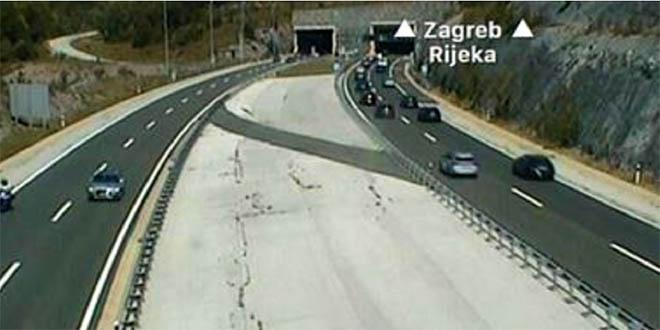 PREPALA SE UĆI: U vrijeme najvećih gužvi turistkinja stala ispred tunela Mala Kapela