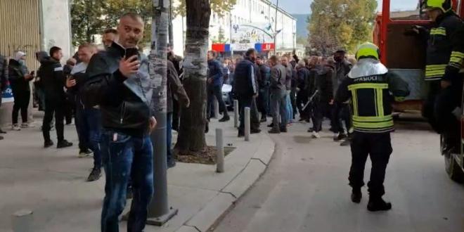 Akcija specijalaca na Kosovu, Srbi na ulicama. Čuju se sirene, odjekuju šok-bombe