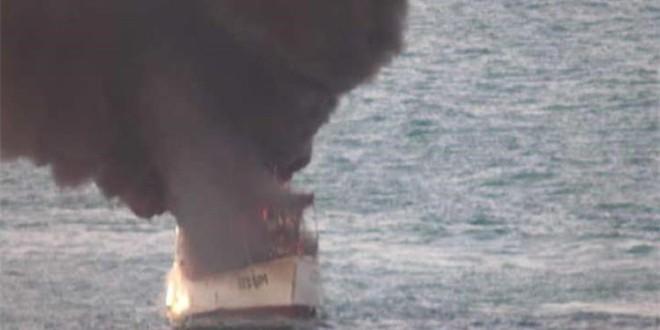 VIDEO Pomorski policajci spasili posadu s goruće ribarice